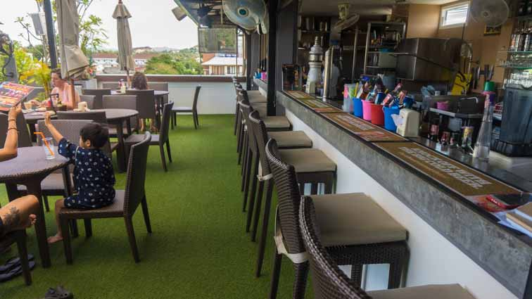 Cheeky Monkey's Hostel, Guesthouse, Place REVIEW. Hip guesthouse in Chaweng, Ko Samui, Thailand. Zwembad op het dak
