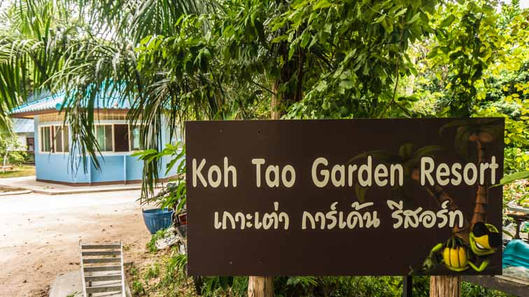 Koh Tao Garden Resort Review. Bungalows bij de haven van Koh Tao. Welkomsbord